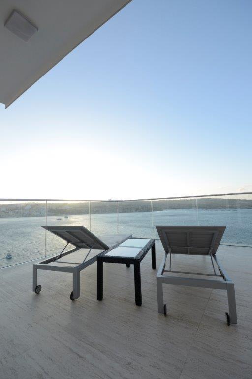 Loistelias kattohuoneisto kaupungin kattojen yllä  MALTA  Myytävät asunnot